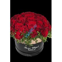 Шляпная коробка с розами и зеленью